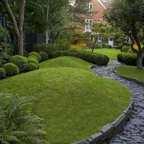 Холмистый участок сада в пейзажном стиле ландшафта