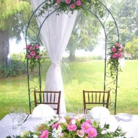 Свадебная арка с красивыми цветами