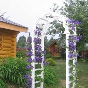 Белая арка с цветками сиреневого оттенка