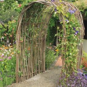 Садовая арка из гибких прутьев