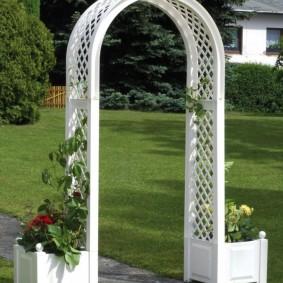 Пластиковая арка с белыми вазонами