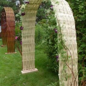Арки из ивовых прутьев для цветов на даче