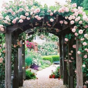 Садовая арка на деревянных столбах