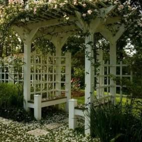Деревянная пергола с удобными скамейками