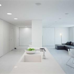 Минимализм в квартире с белой отделкой стен
