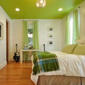 Зеленый потолок в спальне с белыми стенами
