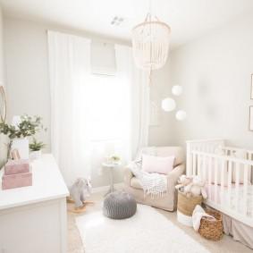 Белоснежный интерьер комнаты для новорожденного