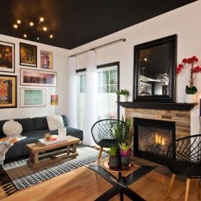 Черный потолок в зале двухкомнатной квартиры