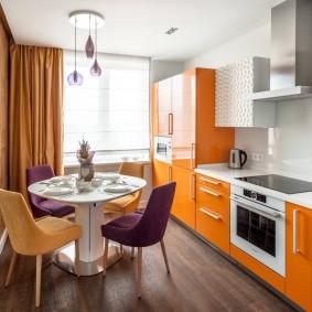Оранжевый гарнитур в белой кухне