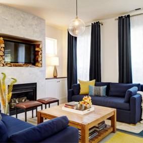 Синяя мебель в зале с черными шторами