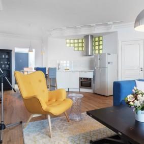 Желтое кресло посередине комнаты