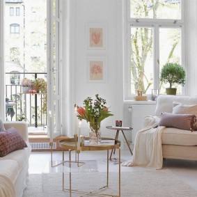 Красивая гостиная с дверью на балкон
