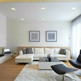 Белый потолок в комнате стиля минимализма
