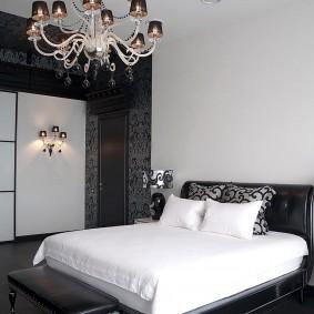 Квадратная спальня с белым потолком