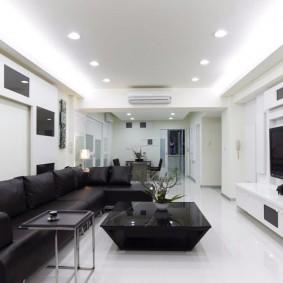 Освещение длинной комнаты со стенами белого цвета
