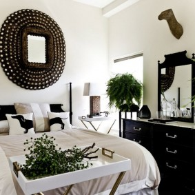 Черный комод в женской спальне