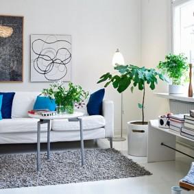 Серый коврик на полу в квартире