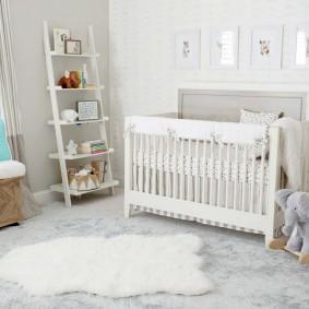 Полка-этажерка у стены детской спальни