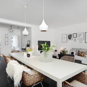 Плетенная мебель за обеденным столом