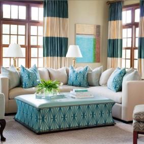 Полосатые шторы в угловой гостиной