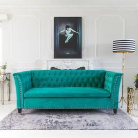 Акцентный диван в светлой гостиной