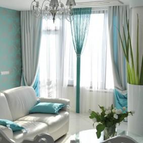 Окно гостиной комнаты с комбинированными шторами