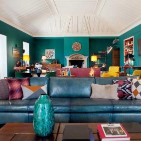 Кожаный диван в просторной гостиной