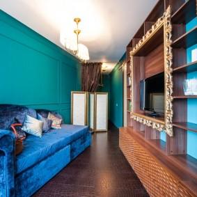 Узкая гостиная с бирюзовыми стенами