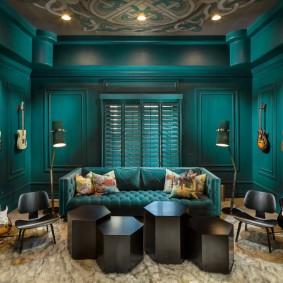 Освещение гостиной комнаты с темными стенами