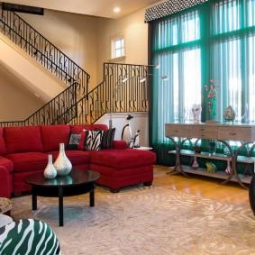 Бирюзовые занавески на окне гостиной с лестницей