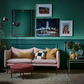 Светлый диванчик в зале с темными стенами