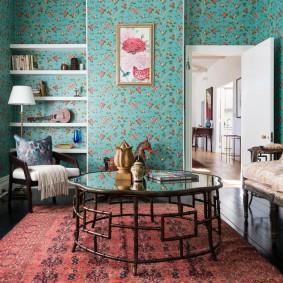 Цветочные обои в гостиной частного дома