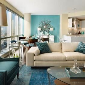 Раскладной диван в гостиной с панорамным окном
