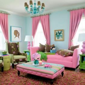 Розовый текстиль в интерьере гостиной