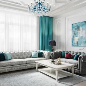 Два дивана в комнате с бирюзовыми занавесками
