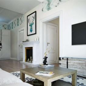 Белые стены в комнате с камином