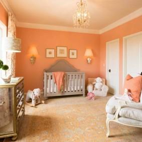 Персиковые стены в детской комнате