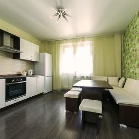 Зеленые обои в кухне квартиры