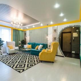 Желтое кресло на светлом полу гостиной