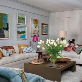Эклектичный интерьер гостиной комнаты