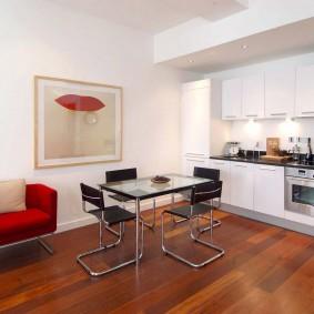 Линейный гарнитур в просторной кухне