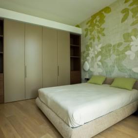 Зеленые обои в небольшой спальне