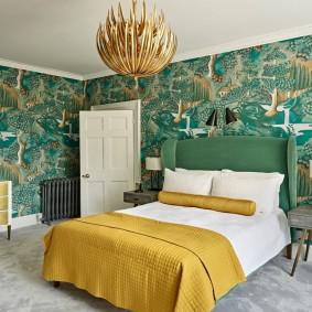 Красивая спальня с бумажными обоями