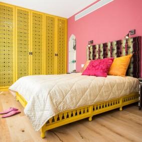 Розово-желтая комбинация цветов в интерьере квартиры