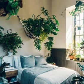Интерьер спальной комнаты с цветами