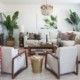 Высокие пальмы в зоне отдыха гостиной комнаты
