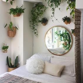 Цветы в кашпо на стене спальни