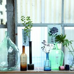 Стеклянные бутыли в качестве ваз для цветов