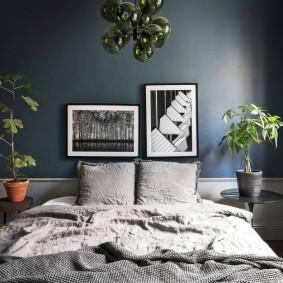 Спальная комната с темной стеной