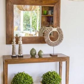 Консольный столик под зеркалом в прихожей